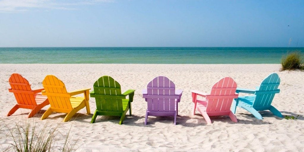 sillas en la playa